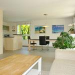 Der Wohn-/Essbereich mit etwas abgegrenzter Küche: Stilvoll modern, grosszügig und hell.
