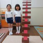 ピンクタワーと茶色の階段