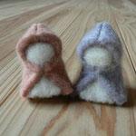 羊毛を重ねてフェルトにしたものを草木染めしてそれを小人にした手間のかかった作品