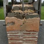 Mauerwerksbau. Interessant die Spehrschicht aus Lehmsteinen am Fuß der Wand.