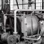 Lehrlinge bei der Reparatur eines Druckluft-Blindschachthaspels   1952