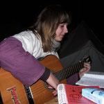 5. Wikinger- und Mittelalterspektakel 2011 in Berlin - Sarah an der Gitarre