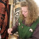 5. Wikinger- und Mittelalterspektakel 2011 in Berlin - Manuela rührt Mehl für die Soße an