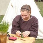 5. Wikinger- und Mittelalterspektakel 2011 in Berlin - Sarah beim Gurkenschnitzen