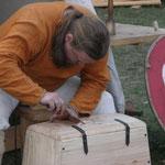 5. Wikinger- und Mittelalterspektakel 2011 in Berlin - Andreas beim schnitzen