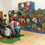 Kinderarztpraxis Reliefwand Stadt+Schaukel-Motorrad