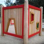 Spielwände mit Tor und farbigen Fenstern