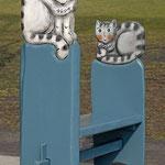 Bank mit Katzen