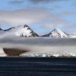 Wolkenbänder ziehen an der Küste entlang