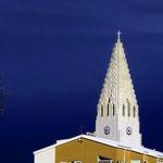 Die Halgrimskirche thront über alle Dächer von Reykjavik.