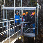 Mit dem Lift geht es 120 m in die Tiefe.