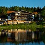 Rustikale Hotels säumen den kleinen teich in Hahnenklee.