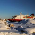 Die MS Nordlys liegt in Kirkenes am Hafen.