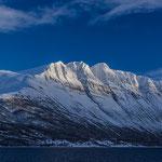 Gewaltige Felsmassive auf den Weg nach Tromsø