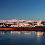 In Kirkenes liegen die Fischtrawler auf Reede.
