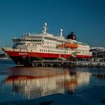Strahlender Sonnenschein - und die MS Nordlys im Hafen.