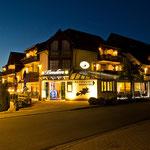 Das Hotel Walpurgishof strahlt die ganze Nacht.