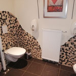 Noch schnell zur Toilette - natürlich wie es sich für Ladies gehört zu zweit. :-)
