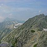 立山から望む劔岳(一番奥の薄い山)