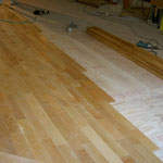 床暖房対応フローリング 施工中 下地材の上に仕上げ材を