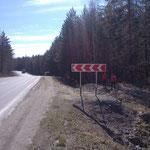 Въезд в базовый лагерь к Белоусовскому озеру сразу за знаком резкого поворота. знак стоит после таблички 293км.