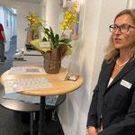 Patricia Hochstrasser (rechts), Administratorin Luzern beim Check-in