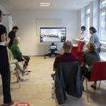 Mitarbeitende verfolgen Online-Veranstaltung