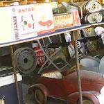 Trettauto und alte Werbetafeln aus Blech und Email