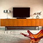 Das klare Design im Wohnzimmer wird auch durch das Dieter Wäckerlin Sideboard getragen.