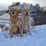 Ayla und Amélie vor dem Schloss Lenzburg