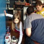 die Kinder haben fleissig geholfen alle Knäuel auszupacken...