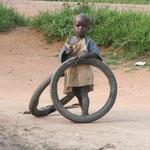 Kind welches mit alten Reifen spielt