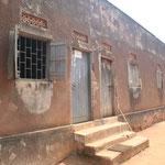 Eines der alten, maroden Schulgebäude
