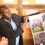 Mr. Charles, Schulleiter Secondary School, mit Gastgeschenk