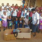 Florence (Rektorin von Knowledge Centre) verteilt Geschenke aus Paketen