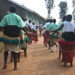Schüler der Secondary School begrüßen uns tanzend...