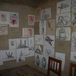 Lehrerzimmer mit Schülerkunst