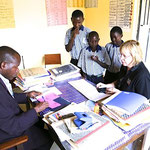 Schulgeldzahlung bei Mr. Peter (Schulleiter der Primary School)