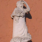Wandrelief Mädchen mit Blumen, Kalkstein