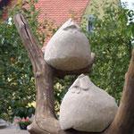 Hühner auf Ast, Sandstein