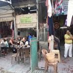 Ashok und sein shop, nebenan ein Straßencafe