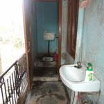 das Bad, nur kaltes Wasser, nichts für Warmduscher, weil auch die Dusche fehlt