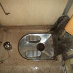 indisches Zugklo, hygienischer als die zum draufsetzten