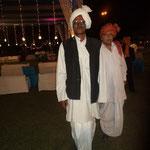 es gibt noch Inder in traditioneller und dem Klima angepaster Kleidung