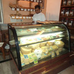 Käsetheke und Brot, Brot,Brot, wird auch teilweise organic hier produziert
