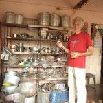 Reinhold bei einer seiner Lieblingsbeschäftigungen, indisches Blechgeschirr einkaufen