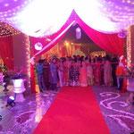 die Familie und Gäste der Braut erwarten den Bräutigam