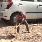 auf dem 1. Blick schaut es aus wie im Sandkasten spielen, 2. Blick harte Kinderarbeit