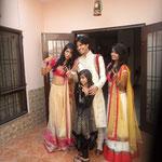 Der Bräutigam mit rausgeputzten Cousinen