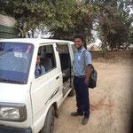 Samuel am Schulbus